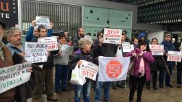 manifestantes-frente-sede-alokabide_ediima20140131_0243_4.jpg